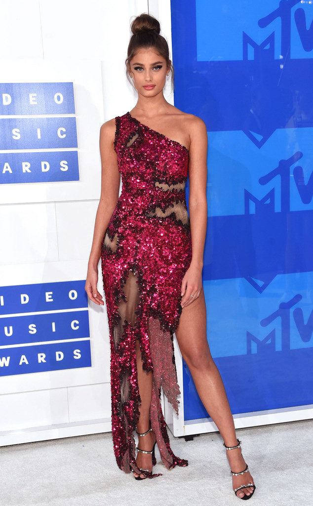Taylor Hill-Model-MTV-VMAs-Red Carpet-Estrella Fashion Report