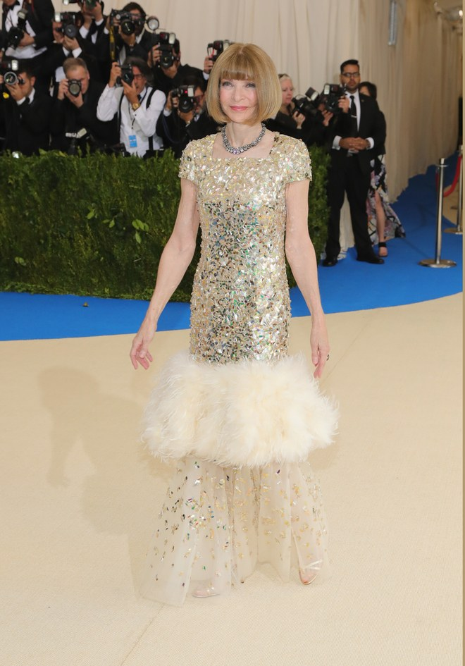 anna-winour-at-the-met-gala-2017-in-custom-chanel