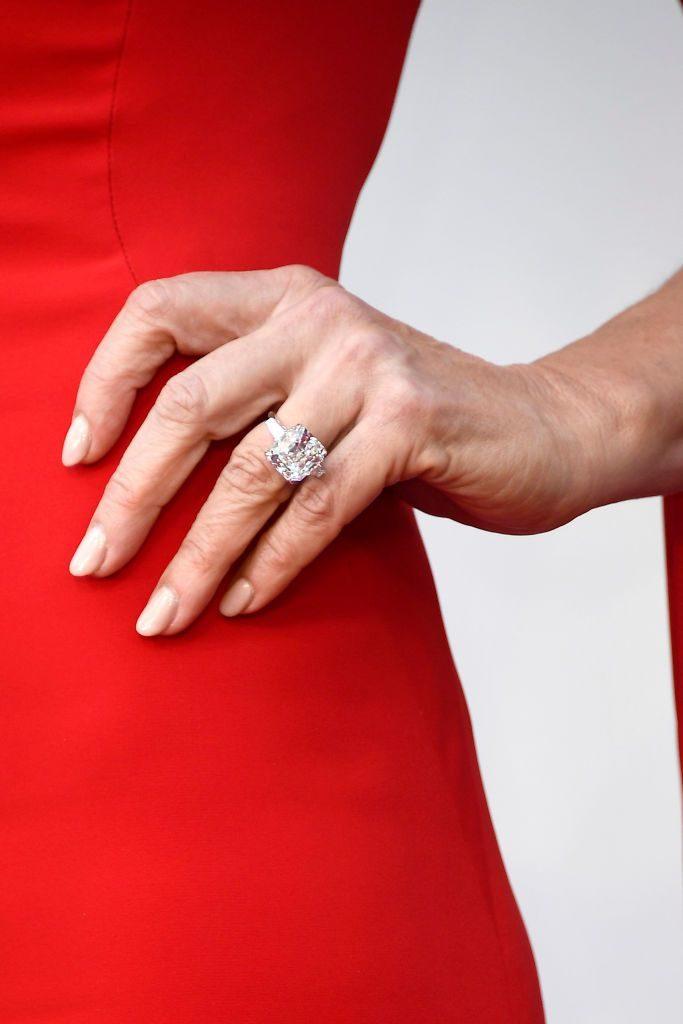 allison janney at the 2018 oscars wearing 4 million worth of forevermark diamonds