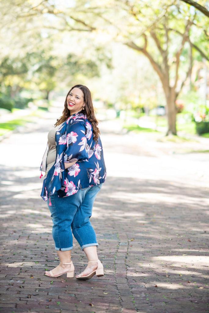 plus size blogger farrah estrella wearing a kimono and jeans