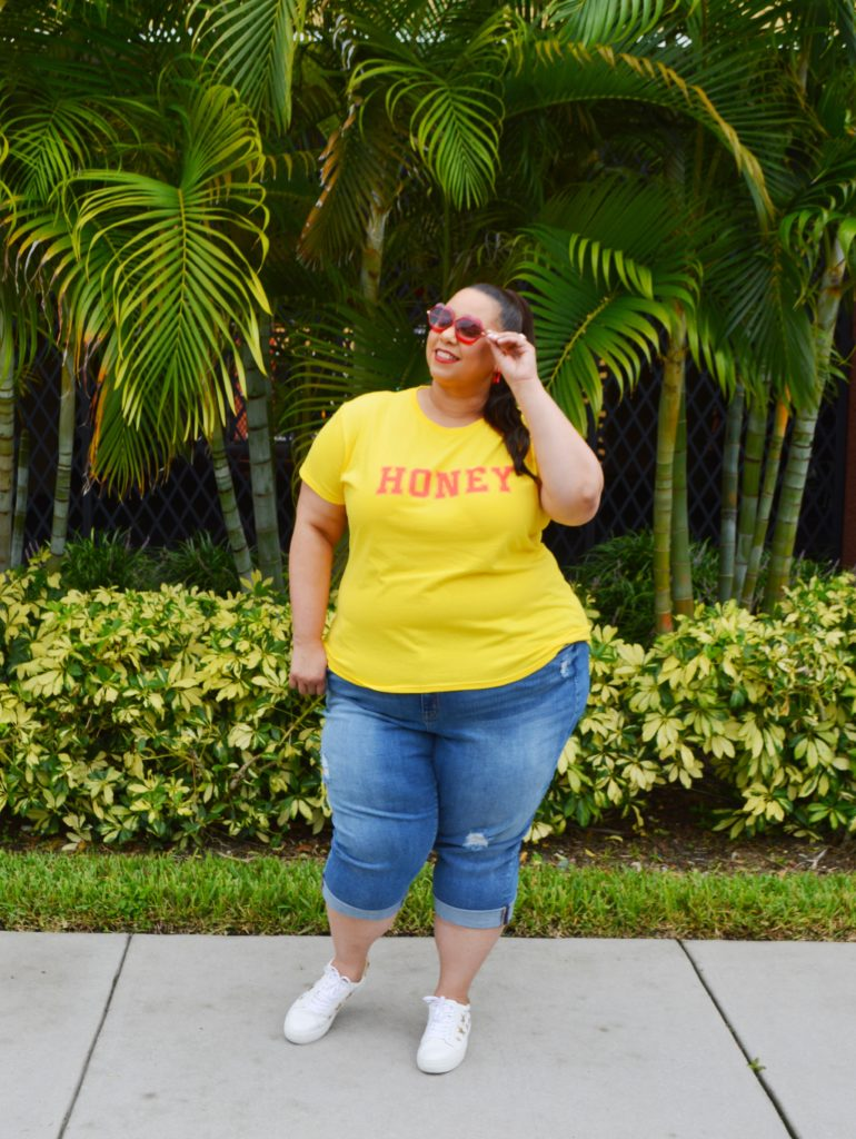 plus size blogger farrah estrella wearing tshirt and jeans in tampa
